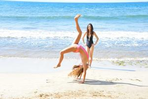 http://img182.imagevenue.com/loc344/th_557588994_Mary_and_Aubrey_Hawaii_II_Beach_Bunnies_40_123_344lo.jpg