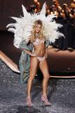 th_93180_Doutzen_Kroes_Victorias_Secret_Fashion_Show_in_NY_Catwalk_November_19_2009_09_122_476lo.jpg