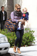 http://img182.imagevenue.com/loc555/th_128289691_Hilary_Duff_Takes_Son_For_Haircut5_122_555lo.jpg